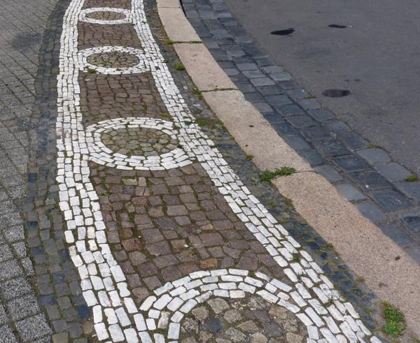 Klassische Elemente auf einem Bürgersteig in Kassel