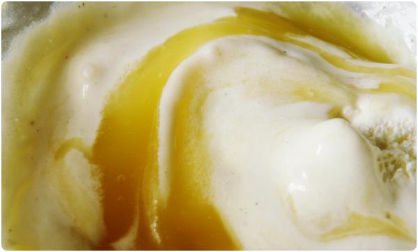 Mangosoße und Vanille Eis